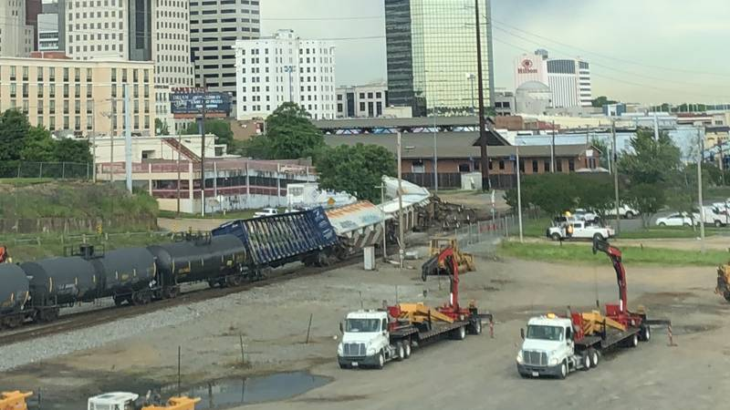 Train derails near NB I-20 ramp, Spring Street