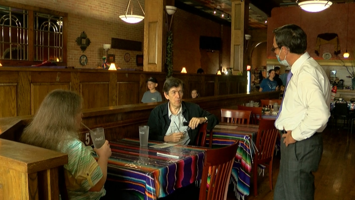 Diners Thad and Bendy Carter shared their thoughts on the latest executive order by Texas...